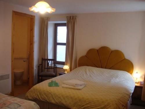 Queen size bed with en-suite shower
